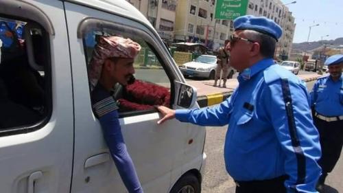 مدير شرطة السير بعدن يشرف ميدانيا على تنفيذ حملة التوعية باسبوع المرور العربي