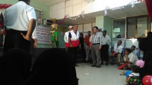 الهلال الأحمر اليمني ينظم حفل لمرضى السرطان ويوزع هدايا ومساعدات بعدن