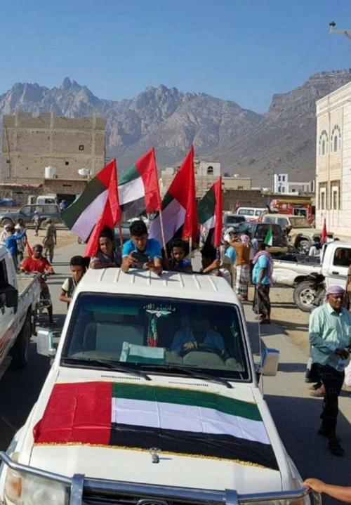 صحفيون  ..فرار بن دغر وأعضاء حكومته بعد حصار متظاهرين  مقر إقامتهم بسقطرى