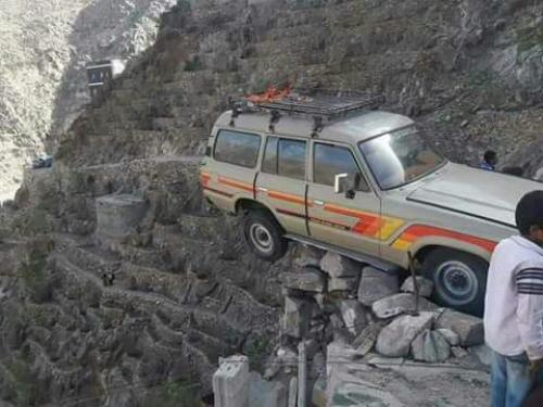 باعجوبة .. نجاة عدد من الركاب من حادث مروري مروع بيافع  ( صور )
