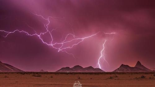 السعودية.. صور مذهلة لصواعق تصل السماء بالأرض