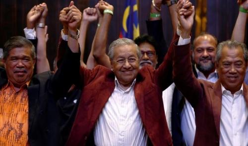 مهاتير محمد يؤدي اليمين رئيسا لوزراء ماليزيا