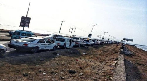 عدن : احتجاجات على ارتفاع أسعار المشتقات النفطية ومواطنون يوقفون سياراتهم في الخط البحري #خلص_بترولي