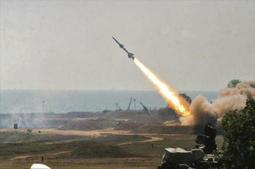 اعتراض وتدمير صاروخ باليستي اطلقته المليشيات في سماء مدينة الخوخة