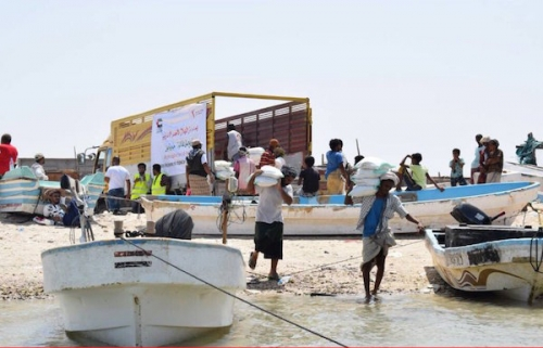 """""""الهلال الأحمر الإماراتي"""" يوزع سلالاً غذائية على سكان جزيرة """"ميون """""""