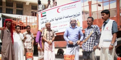 """شبوة..  الهلال الأحمر الإماراتي """" توزع مساعدات إغاثية عاجلة على أهالي جردان ( صور)"""
