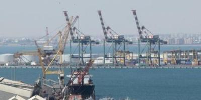 صرف إكرامية رمضان لعمال ألشحن و التفريغ بميناء عدن