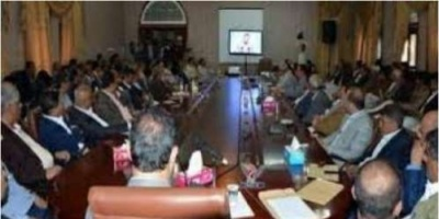 الحوثيون يشطبون الموظفين المتخلفين عن محاضرات عبدالملك من كشوفات نصف الراتب