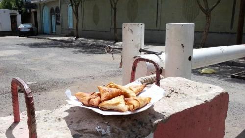 لهذا السبب تركت يمنيات سمبوسة أمام مفوضية أممية بصنعاء