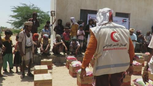 """""""الهلال الأحمر الإماراتي"""" يدشن توزيع مساعدات غذائية رمضانية في مديرية أحور بمحافظة أبين"""