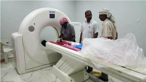 فريق هندسي يواصل تركيب جهاز الاشعة المقطعية الحديثة بمستشفى سيئون العام
