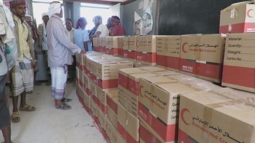 """"""" الهلال الأحمر الإماراتي """" يبدأ توزيع مساعداته الرمضانية في منطقة شقرة بمحافظة أبين"""" مصور"""