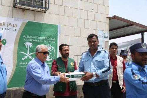 مركز الملك سلمان يسلم شرطة السير في عدن شحنة تمور