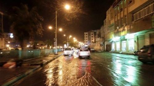 أمطار غزيرة بعاصمة حضرموت وتدفق السيول يقطع الطرق والكهرباء