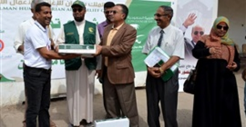 مركز الملك سلمان يدشن مشروع توزيع التمور في جامعة عدن