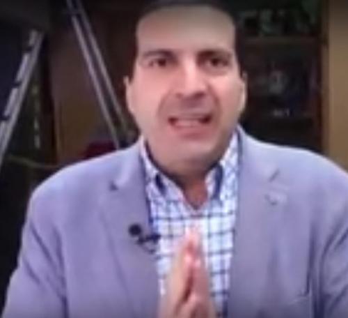 """عمرو خالد يحذف فيديو """"إعلان الدجاج"""" بعد ضجة كبيرة وموجة تعليقات ساخرة"""
