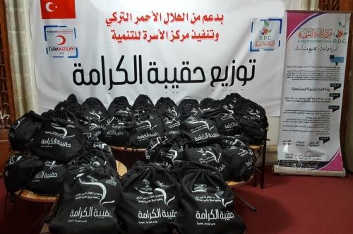 مركز الأسرة للتنمية يدشن مشروع توزيع حقيبة الكرامة للأسر النازحة في مديرية المنصورة