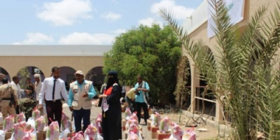 الهلال الأحمر الإماراتي يوزع سلل غذائية رمضانية لمديريتي تبن والحوطة بمحافظة لحج