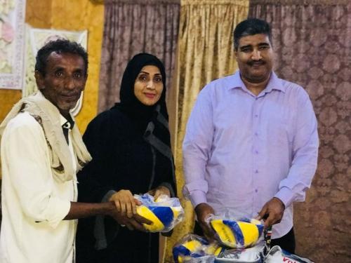 دائرة الشباب في المجلس الانتقالي توزع أدوات رياضية لتفعيل لعبة كرة الطائرة في العاصمة عدن