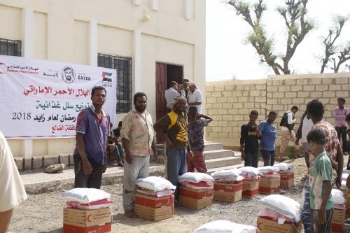 """بدعم من """"الهلال الأحمر الاماراتي """".. محافظ الضالع يدشن توزيع السلال الغذائية على الأسر الفقيرة بالمحافظة"""