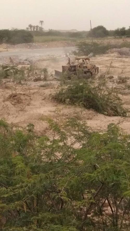 لجنة طوارئ إعصار ماكونو بالمهرة تقوم بإزالة المخلفات وفتح مجاري السيول في المناطق الساحلية