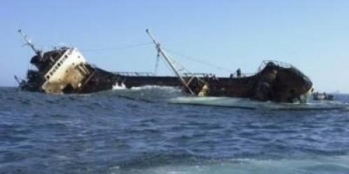 غرق سفينة قادمة من محافظة حضرموت قبالة سواحل سقطرى ومحروس يؤكد نجاة طاقمها