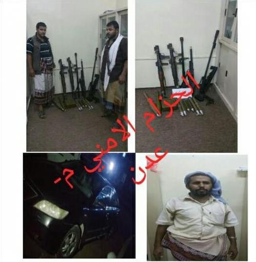 نقطة أمنية بصلاح الدين تضبط سيارتان تحملان اسلحة متنوعة غرب عدن