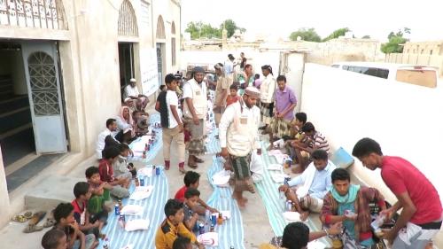 """ابين.. """" الهلال الأحمر الإماراتي """" يبدأ تنفيذ مشروع إفطار بزنجبار  ( صور)"""