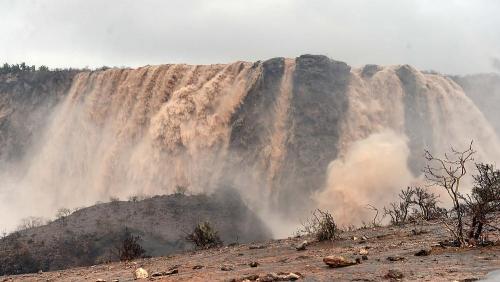 إعصار مكونو.. ووادي الدربات بعمان يتحول إلى شلالات من الطين