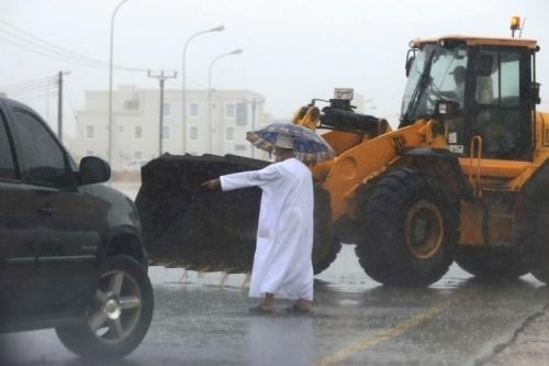 """عُمان تعلن عطلة مصرفية 3 أيام في منطقة ظفار إثر إعصار """"ميكونو"""""""