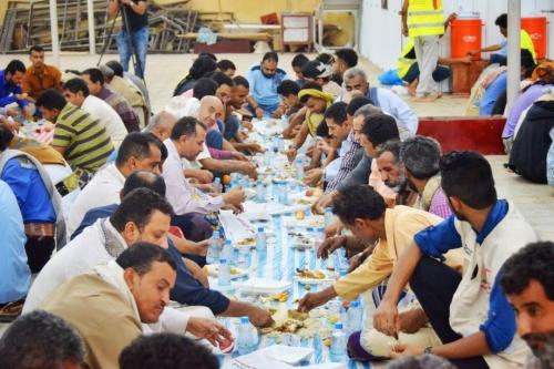 """""""الهلال الأحمر"""" يقيم """"إفطار صائم"""" في مسجد الشيخ زايد في عدن (صور)"""