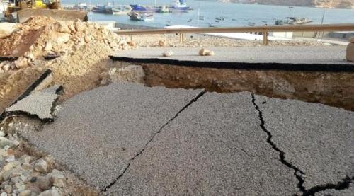 بتوجيهات من المحافظ باكريت ..مكتب الاشغال بالمهرة يفتح الطريق المتضررة إلى ميناء نشطون