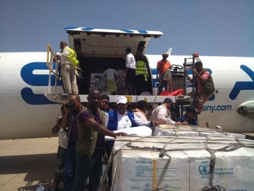 وكيل محافظة سقطرى يستقبل طائرة مساعدات اغاثية كويتية