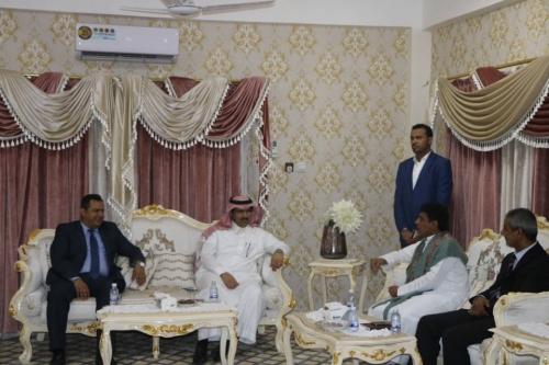 السفير السعودي يصل المهرة ويناقش مع المحافظ احتياجات المحافظة من الخدمات