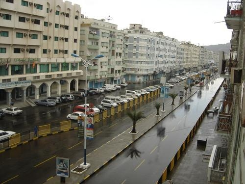 تساقط زخات من المطر على اجزاء واسعة من العاصمة عدن