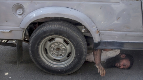 صور مروعة.. مدرعة أمنية بالهند تسحق رجلاً تحت عجلاتها