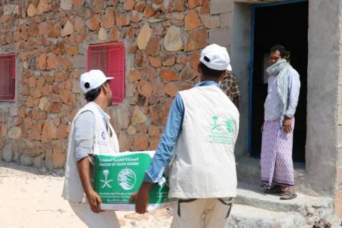 مركز الملك سلمان يوزع مساعدات ايوائية للمتضررين في أرياف حديبو بسقطرى