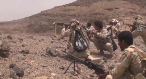 مسلحون من مليشيا الحوثي يسلمون أنفسهم للجيش الوطني