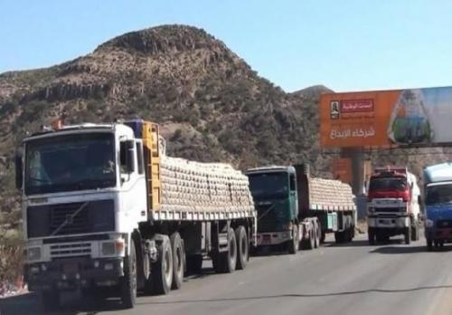 الحوثيون يحتجزون عشرات الشاحنات التجارية في بوابة صنعاء الجنوبية