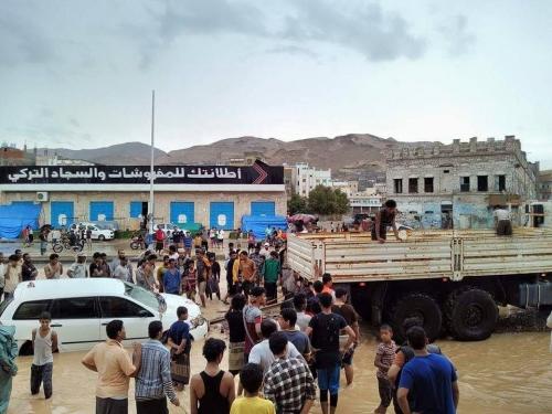المكلا: جنود من النخبة الحضرمية يبدأون بالانتشار لانقاذ العالقين وانتشال السيارات التي جرفتها السيول