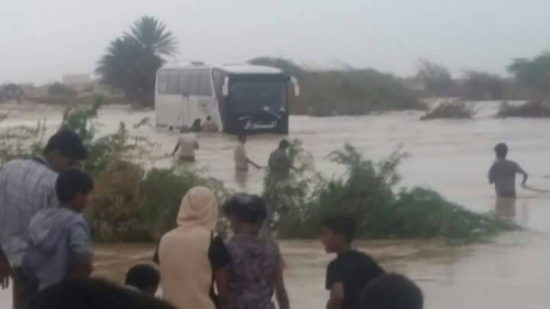 وفاة شخصين في غرق حافلة نقل بأحد مجاري السيول بالمهرة