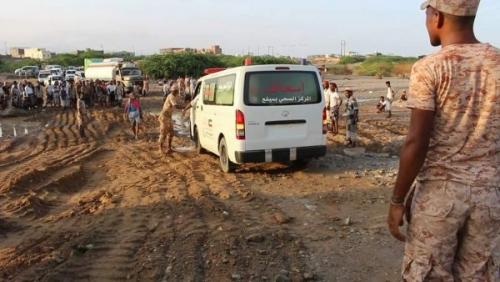 المكلا: قوات النخبة الحضرمية تشارك المواطنين رفع مخلفات السيول