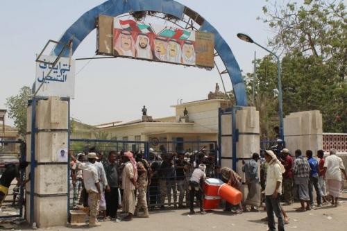 عدن : مطالبات شعبية بإخراج معسكر مصنع الغزل والنسيج إلى خارج المدينة