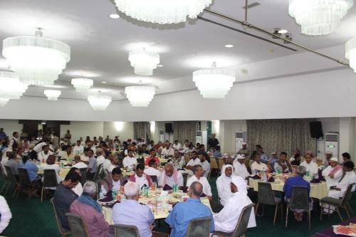 البحسني يلتقي أعضاء الغرفة التجارية بحضور اللجنة الوزارية وممثليين عن التحالف العربي والهلال الأحمر الإماراتي