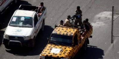 """مليشيا الحوثي تداهم محلات الانترنت بصنعاء بحثاً عن أناشيد """" حراس الجمهورية """""""