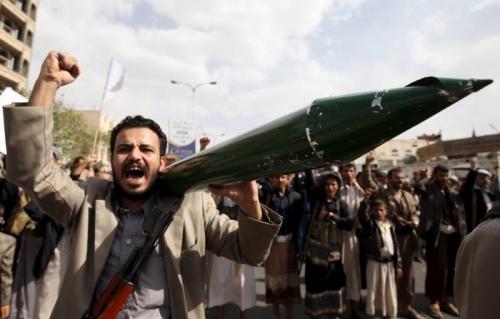 خبراء: الصواريخ الحوثية محاولة يائسة لاستعادة التوازن العسكري على الأرض