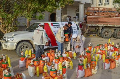 الهلال الأحمر الإماراتي يوزع مساعات غذائية على أهالي الديس الشرقية بحضرموت