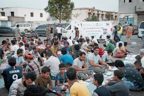 الهلال الأحمر الإماراتي ينظم مأدبة إفطار في باحة مطار عدن ( صور )