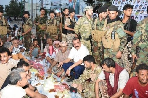 المئات من أسر الشهداء والجرحى يشاركون في مأدبة إفطار أقامها المجلس الانتقالي إحياءاً لذكرى تحرير عدن
