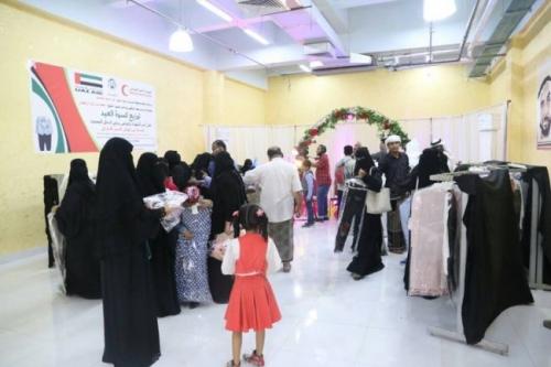 الهلال الأحمر الإماراتي يطلق مشروعه الخيري الثالث لتوزيع كسوة العيد في حضرموت